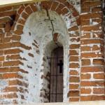 Церковь Илии Пророка в селе Пруссы (Коломенский район Московской области). Северное окно алтарной апсиды. Период: 16 мая 2009 года