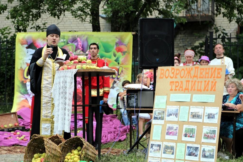 Священник Иоанн Анатольевич Бакушкин освящение нового урожая