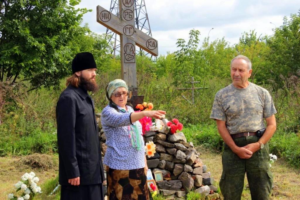 Игумен Петр (Дмитриев) у поклонного креста с жителями села Коробчеево