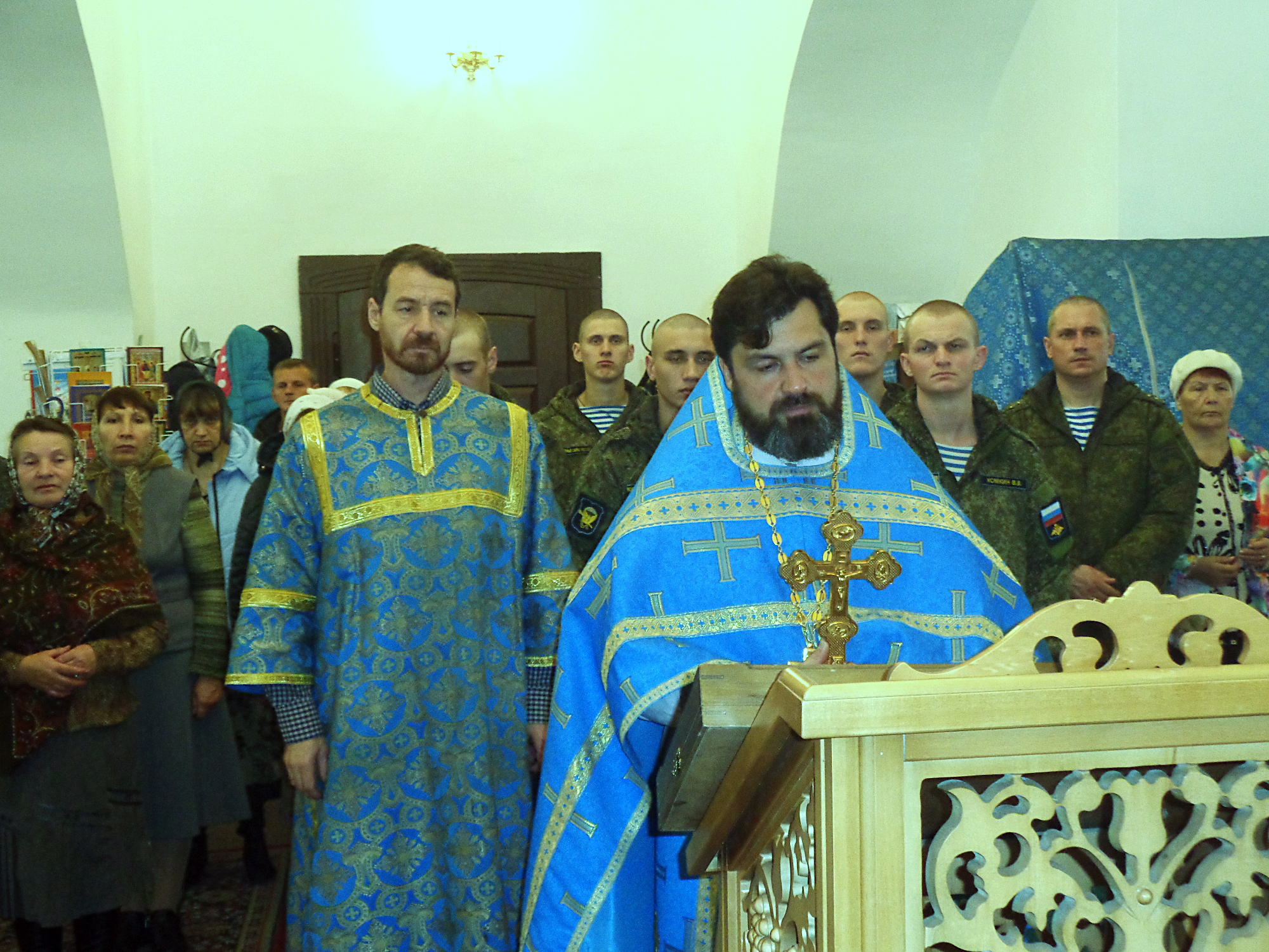 Военнослужащие в Казанском храме деревни Грайвороны