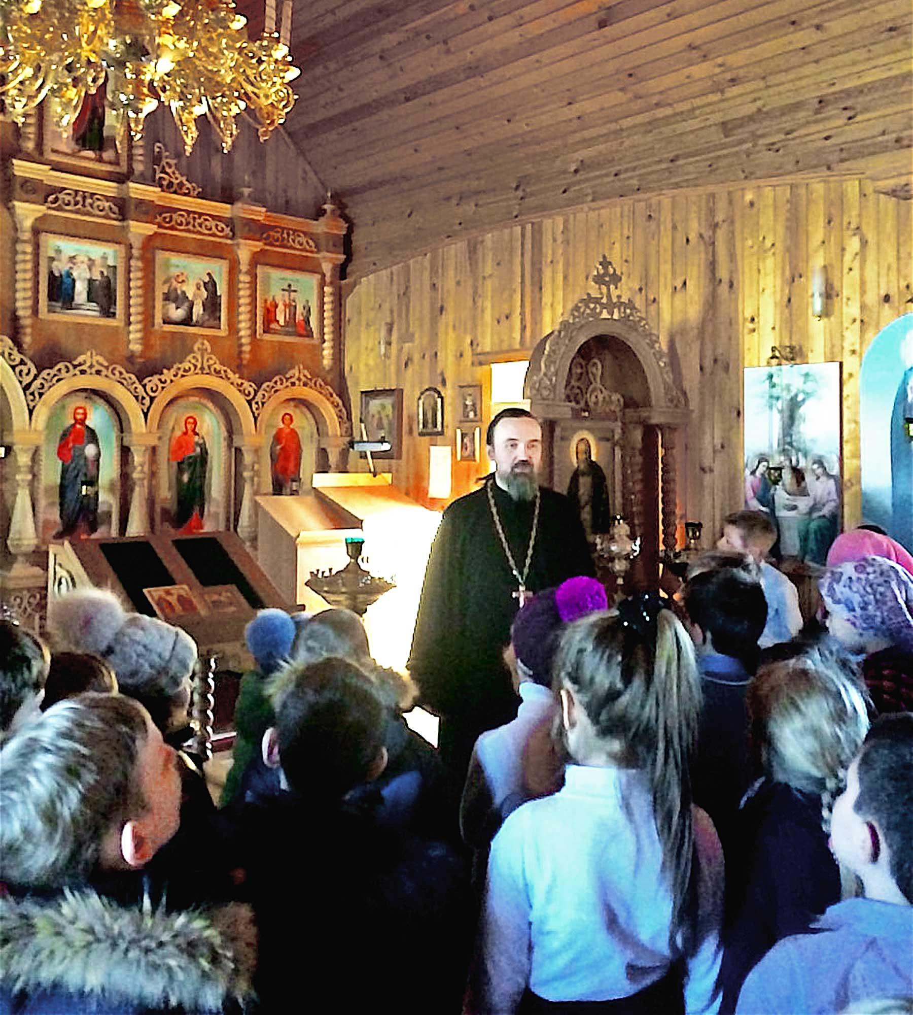 Гости в Серафимовском храме села Акатьево