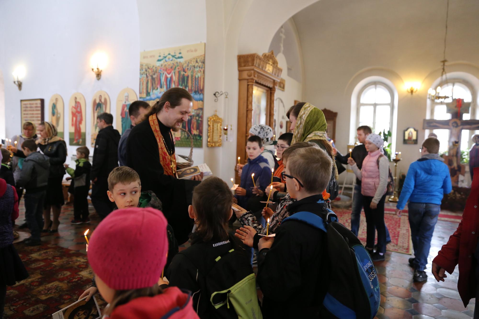 Школьники в Покровском храме села Никульское