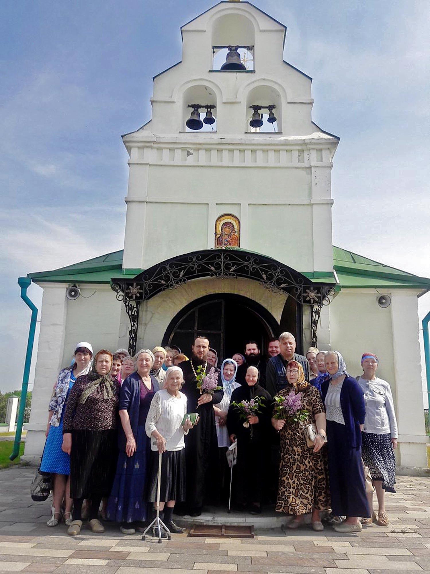 Гости в Казанском храме деревни Богдановка